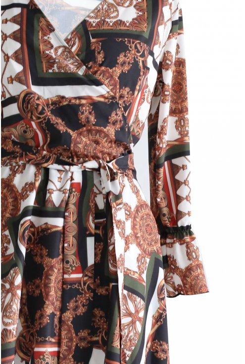 bok rozkloszowanej sukienki z wzorem
