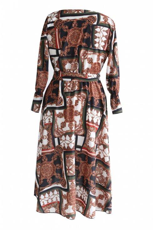 tył rozkloszowanej sukienki z wzorem