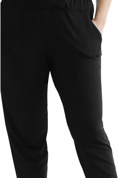 detal czarnych spodni plus size