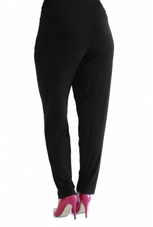 tył czarnych dzianiowych spodni plus size