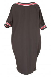 Tył czarnej sukienki z czerwonym ściągaczem w dużych rozmiarach plus size.