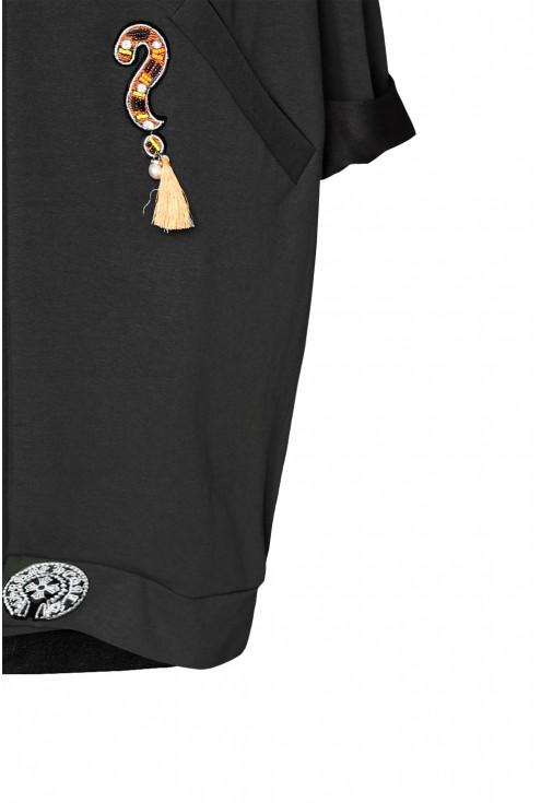 Czarny płaszczyk z naszywkami - detal