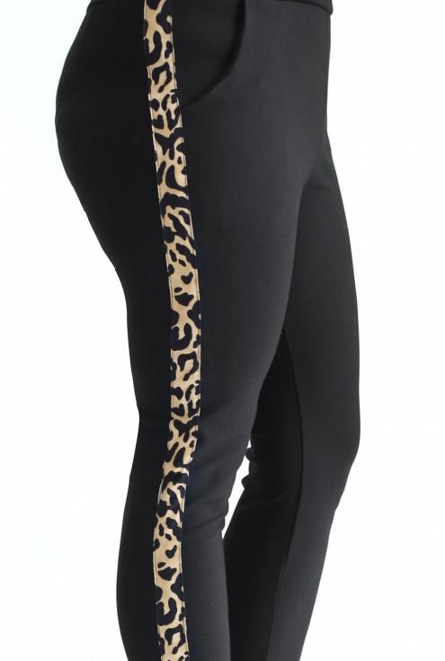 Spodnie w czarnym kolorze z lampasem w panterkę w dużych rozmiarach dla kobiet.