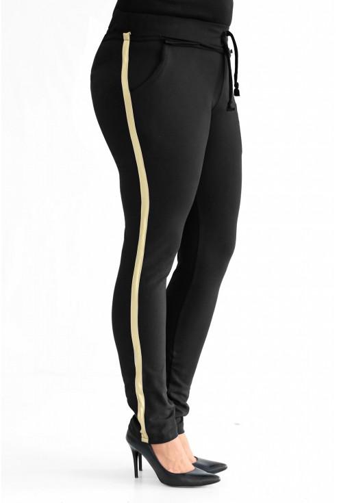 Czarne spodnie ze złotym lampasem w dużych rozmiarach.