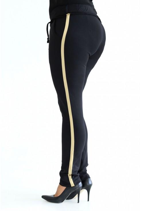 Wygodne, czarne spodnie dresowe ze złotym lampasem.