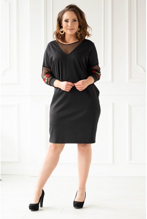 Czarna sukienka z ozdobnymi naszywkami