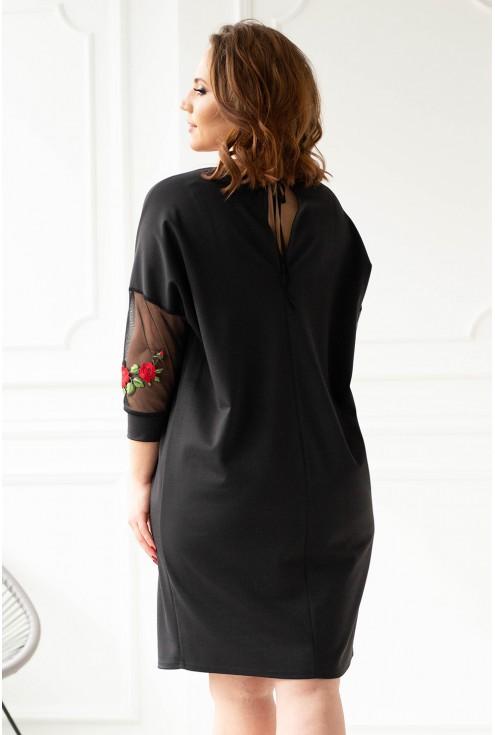 Czarna sukienka z ozdobnymi naszywkami duże rozmiary