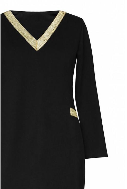 czarna sukienka ze złotym dekoltem V