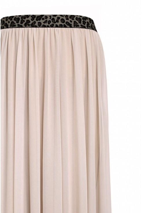 detal beżowej spódnicy