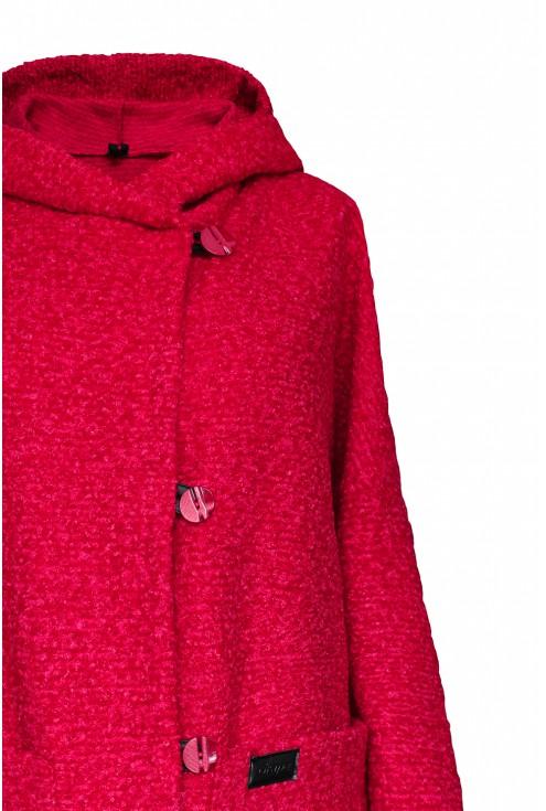 detal płaszcza malinowego