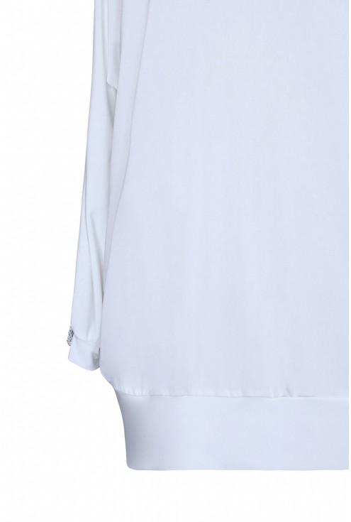 rękaw białej bluzki zdobionej diamentami - ozdobne pęknięcia