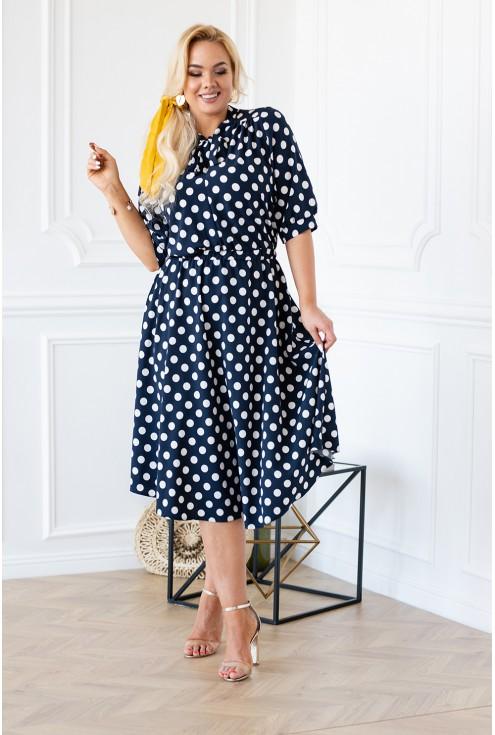 Granatowa w białe grochy kobieca sukienka plus size