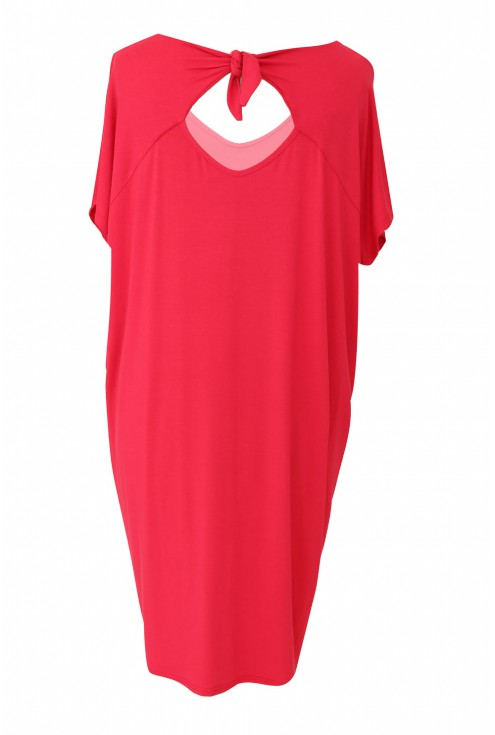 tył różowej sukienki oversize