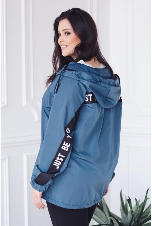 stylowa jeansowa kurtka z kapturem zdobiona lampasami z napisami xlka