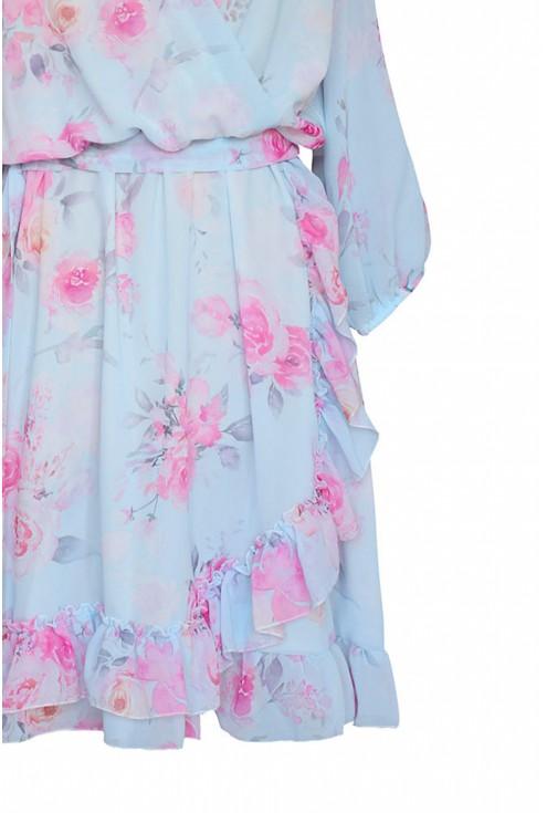błękitna sukienka w różowe róże