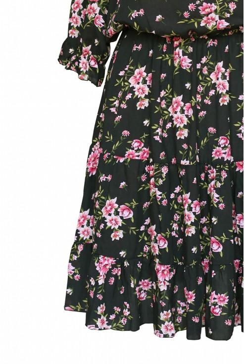 falbanka na dole czarnej sukienki w różyczki xxl