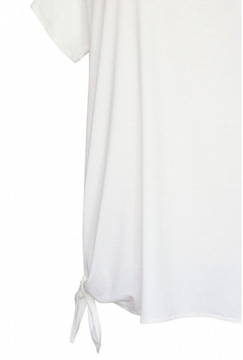 biała bluzka z dzianiny wiązana na dole