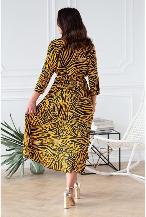 tył asymetrycznej sukienki w zebrę