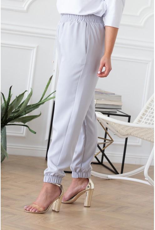 szare spodnie z kieszeniami ściągacze