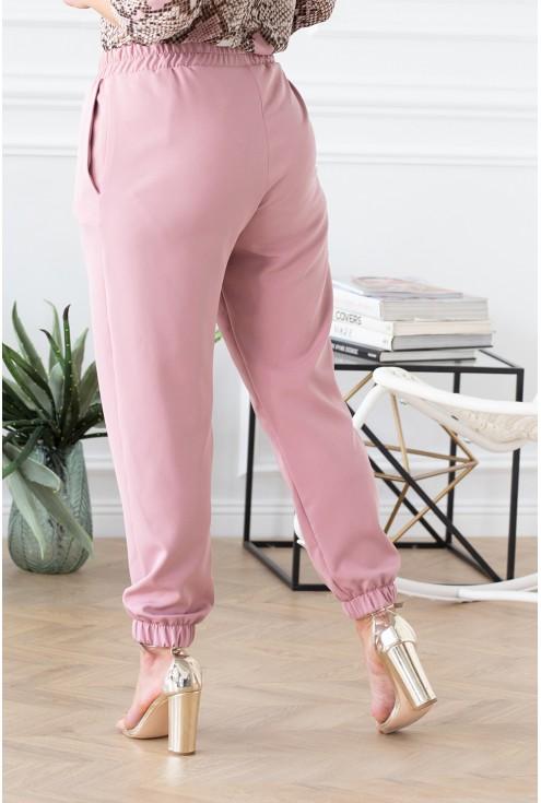 tył eleganckich różowych spodni duże rozmiary