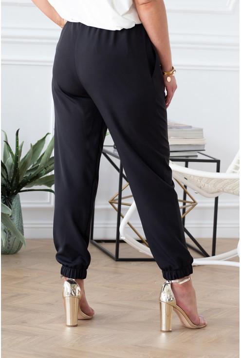 tył czarnych spodni ze ściągaczem