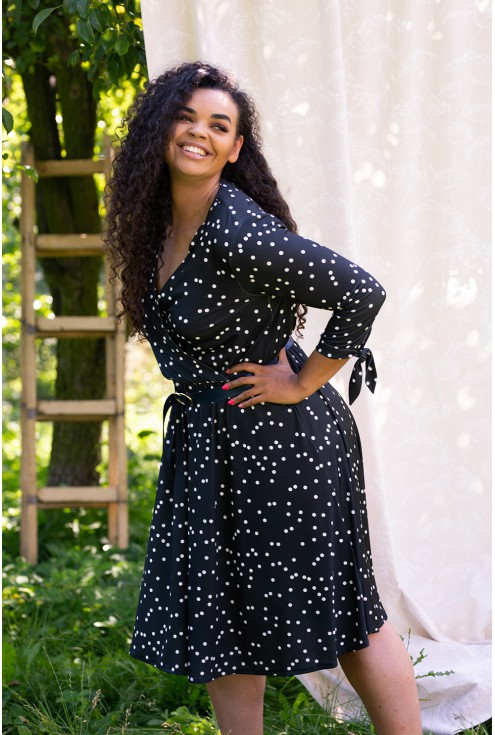 czarna sukienka białe groszki