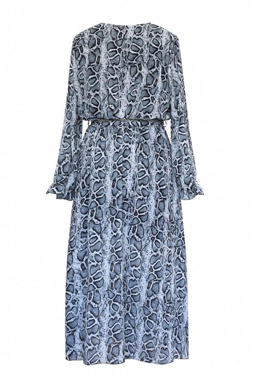 Tył maxi sukienki z wzorem w skórę węża