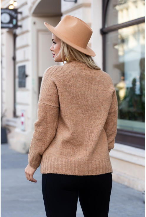 Karmelowy sweter z tyłu z drobnym splotem