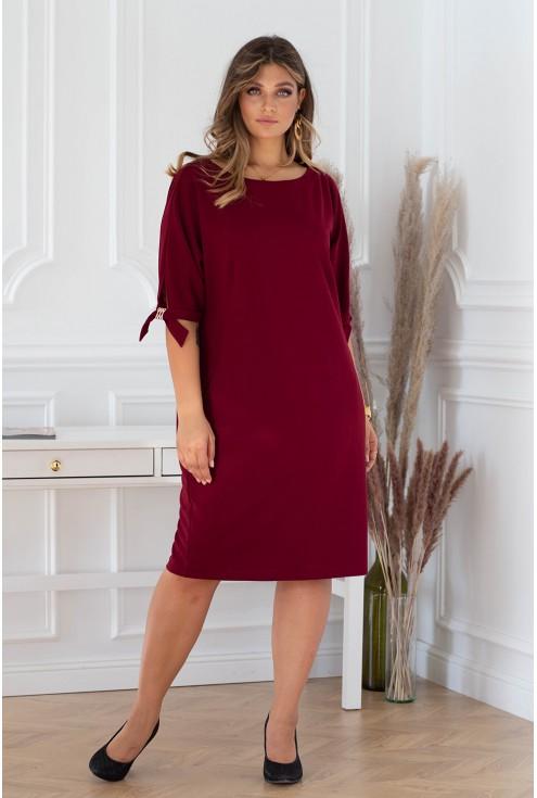wiśniowa sukienka plus size z efektownymi ozdobnymi klamerkami na rękawach