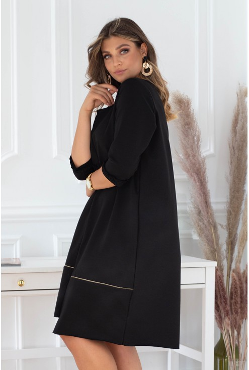 Rozkloszowana czarna sukienka z ozdobną falbanką - ALEXI