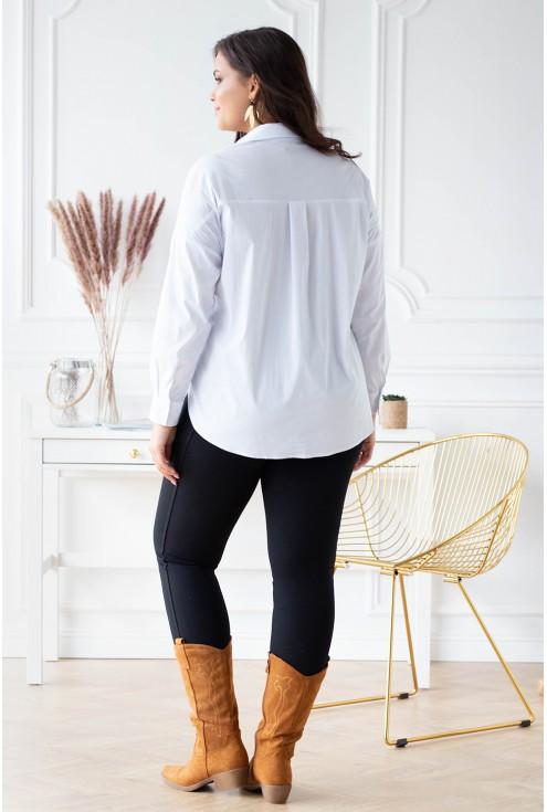 tył białej damskiej koszuli w dużych rozmiarach