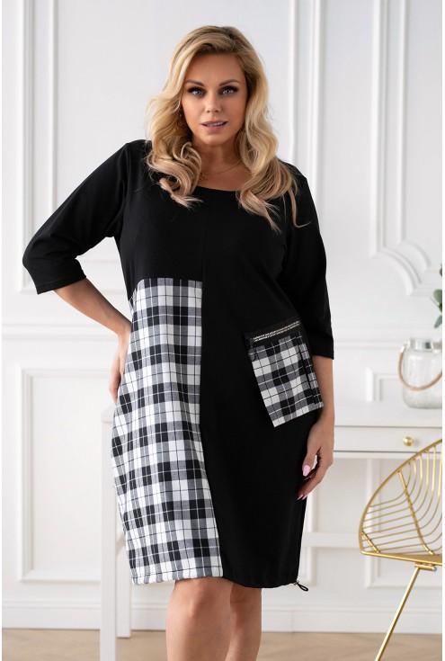 czarna sukienka plus size z wstawką wzór w kratkę
