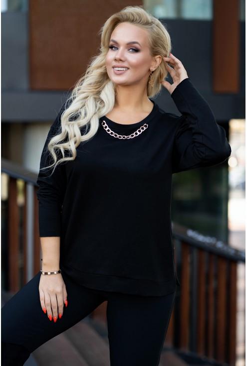 czarna bluza xxl z modnym dodatkiem w postaci łańcucha przy dekolcie