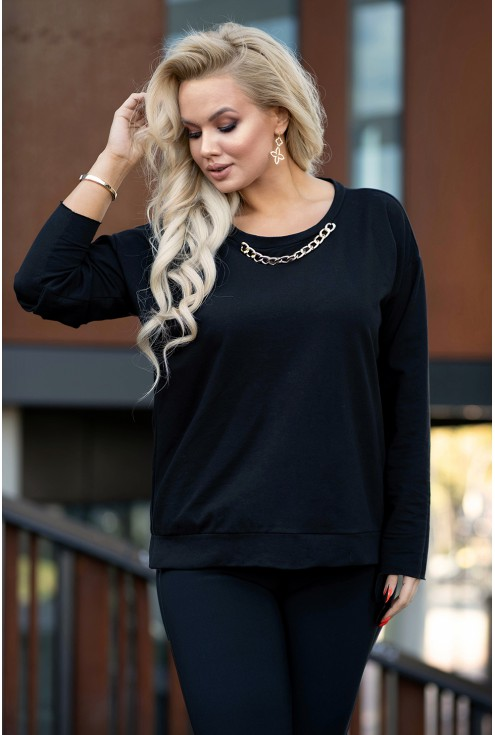czarna bluza plus size z ozdobnym łańcuchem przy dekolcie