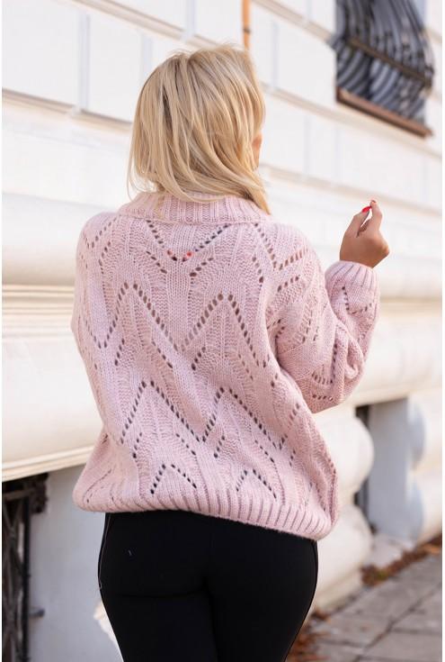 Tył pudrowego swetra ażurowego
