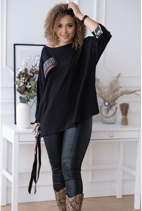 czarna bluzka z ozdobną naszywką i wiązaniem - duże rozmiary