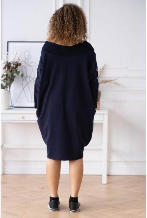 tył granatowej sukienki plus size
