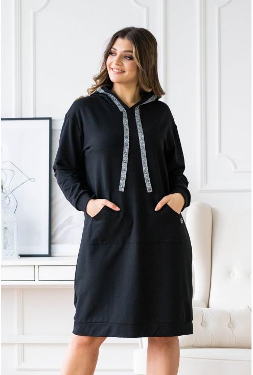 czarna sukienka dresowa z ozdobną srebrną tasiemką