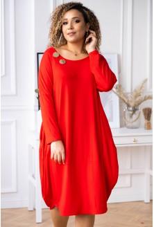 Czerwona sukienka z ozdobnymi kółkami