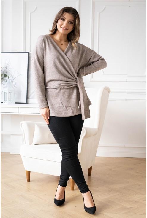 Beżowy sweter z kopertowym dekoltem ze srebrną nitką - KEIRA