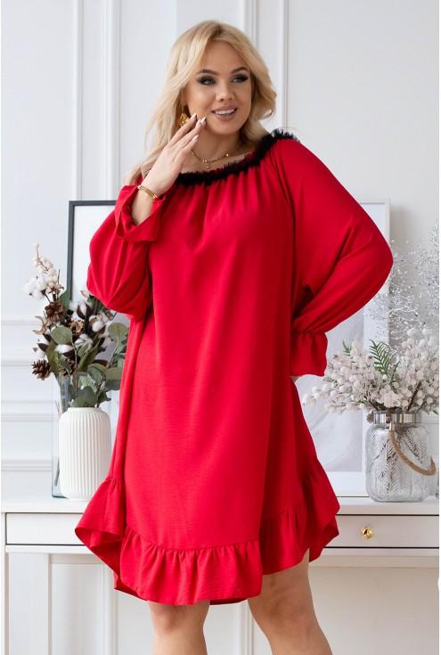 Czerwona sukienka z czarną falbanką przy dekolcie