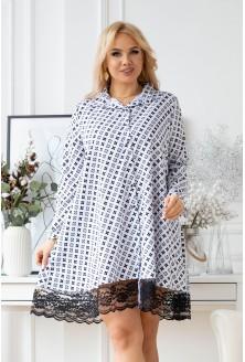 modna biała sukienka plus size z czarnym wzorem