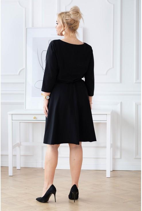 tył rozkloszowanej czarnej sukienki