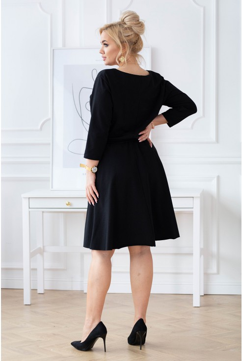 tył czarnej sukienki z gumką
