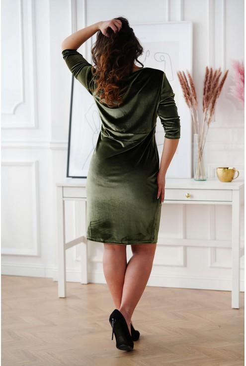 tył dopasowanej welurowej sukienki plus size