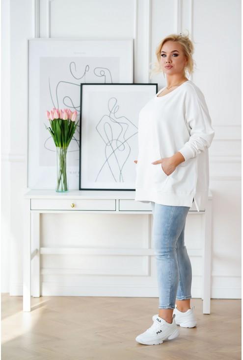 biała luźna bluza w dużym rozmiarze