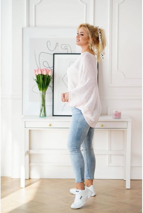 kremowy sweter z obniżoną linią ramion
