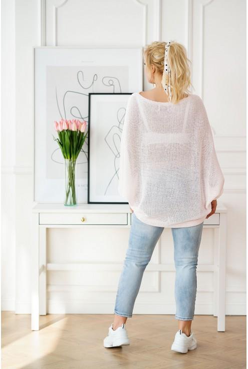 tył pudrowego swetra