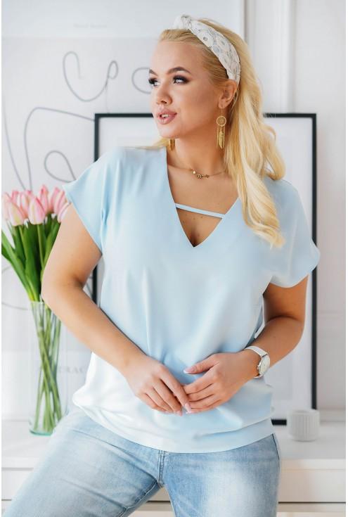 błękitna elegancka bluzka plus size z dekoltem V i paseczkiem
