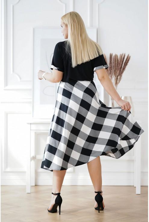 dłuższa sukienka w biało-czarną kratkę
